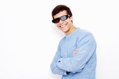 Kerel in 3D glazen met gekruiste wapens Stock Afbeeldingen