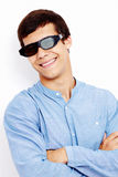 Kerel in 3D glazen met gekruiste wapens Stock Afbeelding