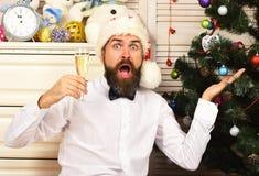 Kerel dichtbij dienst met speelgoed en Kerstboom royalty-vrije stock fotografie