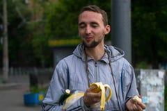 Kerel die banaan eten Stock Afbeeldingen