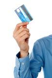 Kerel die creditcard, bebouwd beeld tonen. Stock Afbeeldingen