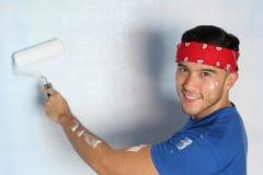 Kerel die een geïsoleerde muur schilderen Royalty-vrije Stock Afbeelding