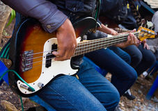 Kerel die een gitaar koesteren Stock Foto's