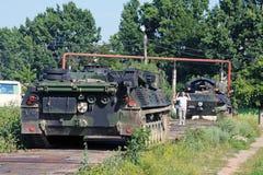 Kerel die een grote tank Panzer leidt Royalty-vrije Stock Foto's