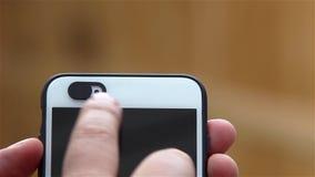 Kerel die een Selfie-Nokkendekking op een Telefoon aanzet stock videobeelden