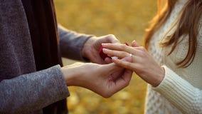 Kerel die mooie diamantring op vinger van zijn bruid zetten, ernstige verhouding royalty-vrije stock foto