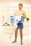 Kerel die omhoog met huishoudelijk werk wordt gevoed Royalty-vrije Stock Afbeelding