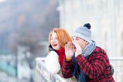 Kerel die op brug schreeuwen Mannen met hoorn en gelukkige vrouw Gelukkig paar die aan vrienden roepen Het stedelijke paar heeft  stock foto's