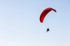 Kerel die op de duidelijk blauwe hemel door paramotor vliegen Royalty-vrije Stock Foto
