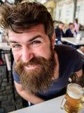 Kerel die rust met koud bier van het vat hebben Hipster op gelukkig gezicht het drinken bier openlucht De mens met baard en snor  Stock Afbeelding