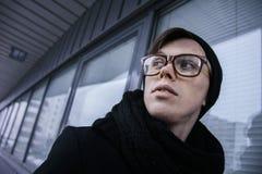 Kerel die selfie op smartphone maken, bpack en wit, openlucht Stock Foto