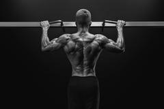 Kerel die van de machts de spierbodybuilder pullups in gymnastiek doen Geïsoleerd op witte achtergrond royalty-vrije stock afbeelding
