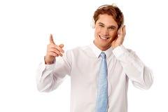 Kerel die van muziek genieten die over wit wordt geïsoleerd Stock Foto's