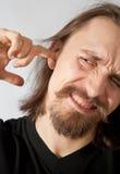 Kerel die zijn oor plukt royalty-vrije stock fotografie