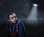 Kerel door UFO wordt doen schrikken dat Royalty-vrije Stock Afbeeldingen