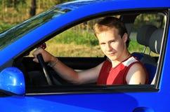 Kerel in een auto Stock Foto's