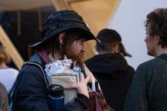 Kerel in een straat die een bos van documenten en pennen houdt stock foto