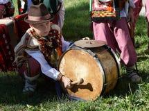 Kerel in een traditionele komedie van Oekraïense pla van Hooglandershutsuls stock foto's