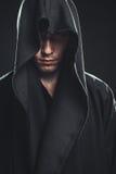 Kerel in een zwarte robe royalty-vrije stock foto's