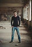 Kerel in een zwarte sweater Royalty-vrije Stock Foto's