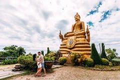 Kerel en meisje bij het monument aan Boedha royalty-vrije stock afbeelding