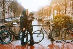 Kerel en meisje in de straat in de regen stock fotografie