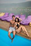 Kerel en meisje die dichtbij zwembad op achtergrond van mooie meningen van bossen, heuvels, rivier met een nevel over het rusten stock foto's