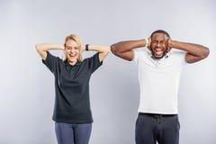Kerel en meisje die met irritatie schreeuwen royalty-vrije stock foto's