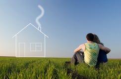 Kerel en meisje in het gebied en de dromen over huis Stock Foto's
