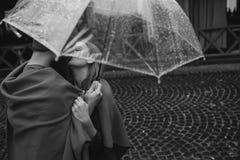 Kerel en meisje onder een paraplu Stock Foto's