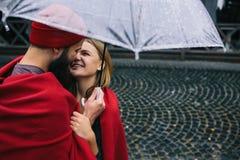 Kerel en meisje onder een paraplu Stock Afbeeldingen