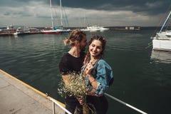 Kerel en meisje op pijler royalty-vrije stock fotografie