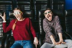 Kerel en meisjes zijn 3d glazen zeer ongerust gemaakt terwijl het letten van op een film stock afbeelding