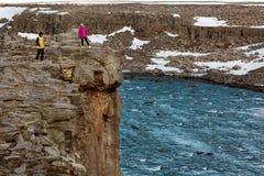 Kerel en meisjes zijn de freelance toeristen op een routine in de berg stock foto's
