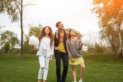 Kerel en twee meisjes die zich met candyfloss bevinden stock afbeeldingen