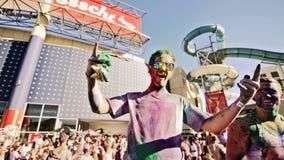 Kerel in gekleurd poeder bij kleurenfestival dat wordt behandeld Royalty-vrije Stock Afbeeldingen