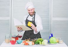 Kerel gelezen boekrecepten Culinair Kunstenconcept De mens leert recept Verbeter het koken vaardigheid Uiteindelijke kokende gids royalty-vrije stock foto's