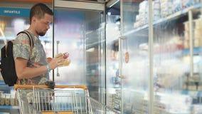 Kerel het kopen voedsel in een opslag stock videobeelden