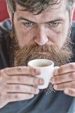 Kerel het ontspannen met espresso Mens die een koffiepauze neemt E Cafe?neherladen Mens die met royalty-vrije stock fotografie