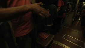 Kerel het spelen op een trommel door handen bij het bewegen van trein met geluid vergroot door spreker stock footage
