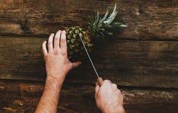 Kerel met ananas Stock Foto's