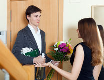 Kerel met bos van bloemen en champagne Royalty-vrije Stock Foto's