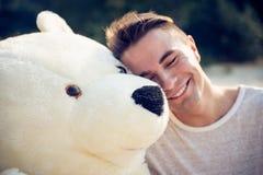 Kerel met een grote teddybeer Stock Foto