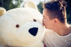 Kerel met een grote teddybeer Stock Fotografie