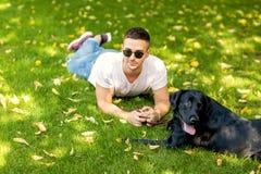Kerel met een hond Labrador op straat het spelen stock fotografie