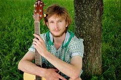 Kerel met gitaar Stock Afbeeldingen