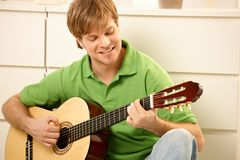 Kerel met gitaar Stock Foto's