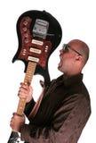 Kerel met gitaarschreeuw Stock Foto's