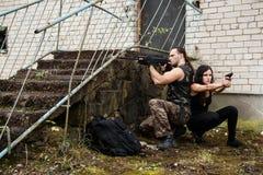 Kerel met meisje op een slagveld stock foto