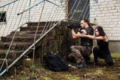 Kerel met meisje op een slagveld royalty-vrije stock fotografie